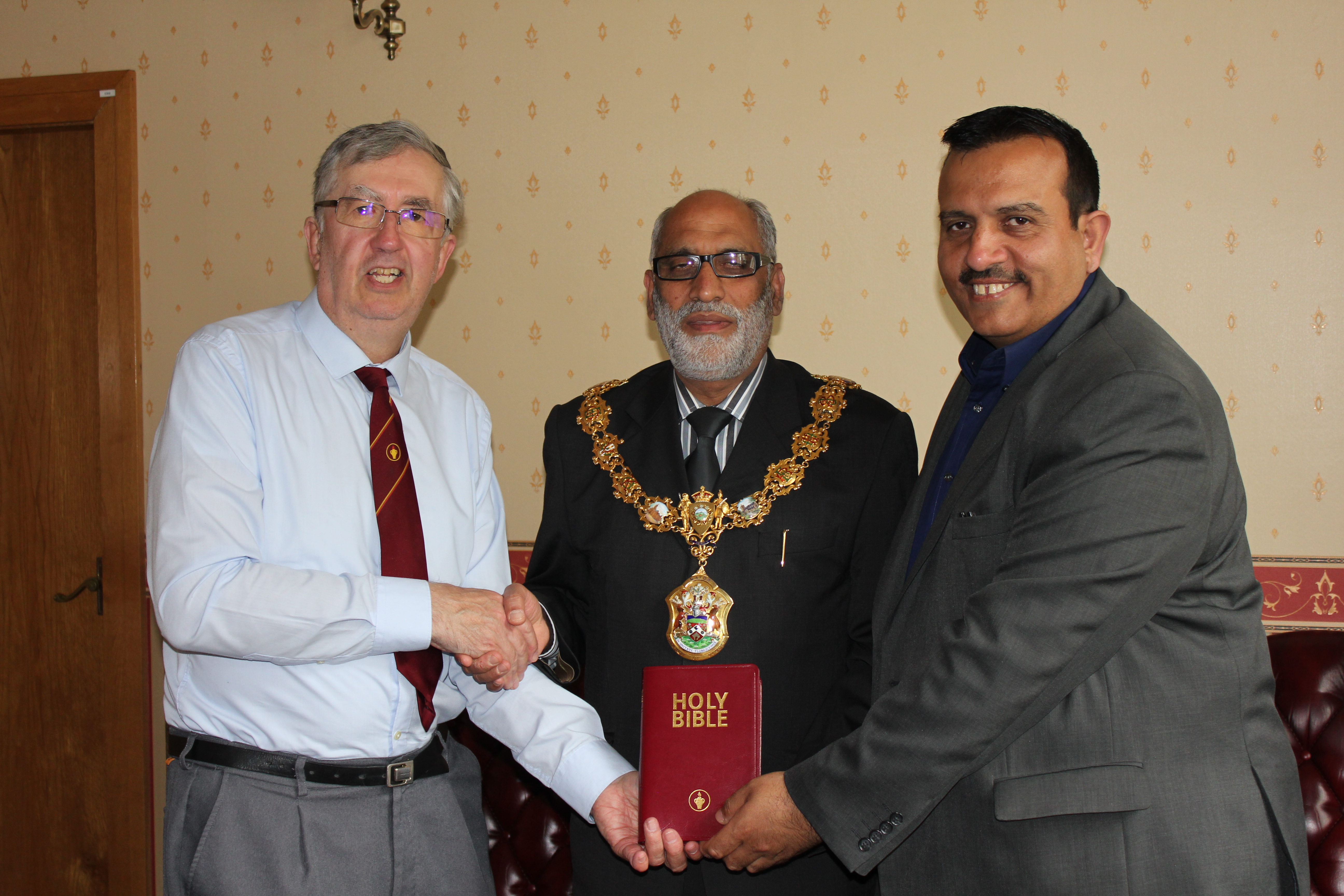 Mayor of Pendle given a Gideon Bible